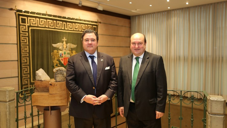 Ortuzar receives the US ambassador to Spain, Richard Duke Buchan III, at Sabin Etxea